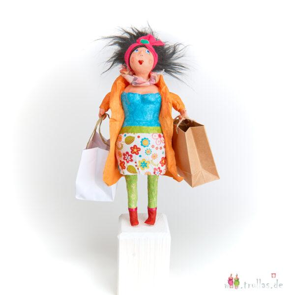 Shopping-Trulla - Greta ist eine handgefertigte Figur aus Pappmachee. Trullas sind Geschenkideen fur Menschen die handgemachte Kunst schätzen.