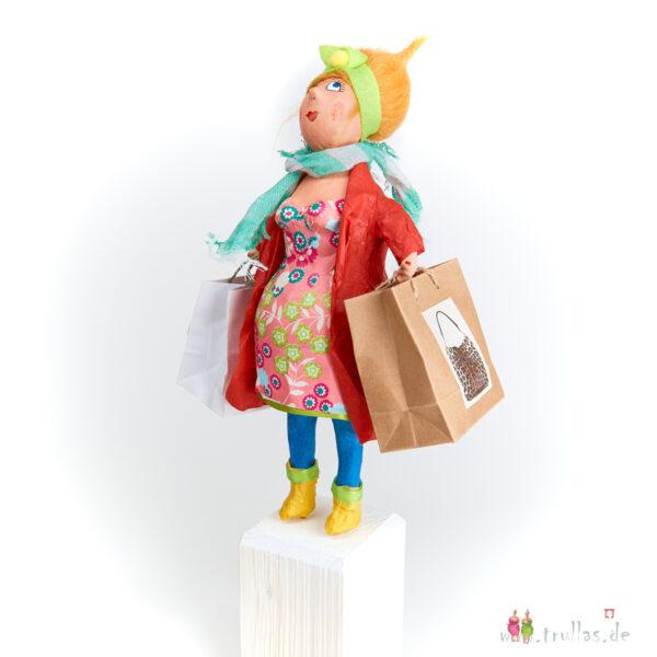 Shopping-Trulla - Olivia ist eine handgefertigte Figur aus Pappmachee. Trullas sind Geschenkideen fur Menschen die handgemachte Kunst schätzen.