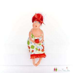 Fräulein - Edeltraut ist eine handgefertigte Figur aus Pappmachee. Trullas sind Geschenkideen fur Menschen die handgemachte Kunst schätzen.