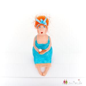 Fräulein - Telse ist eine handgefertigte Figur aus Pappmachee. Trullas sind Geschenkideen fur Menschen die handgemachte Kunst schätzen.