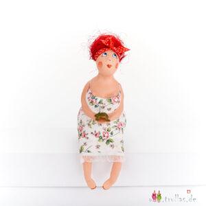 Fräulein - Raphaela ist eine handgefertigte Figur aus Pappmachee. Trullas sind Geschenkideen fur Menschen die handgemachte Kunst schätzen.