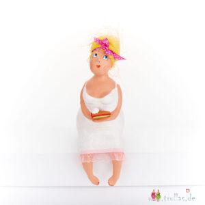 Fräulein - Tilda ist eine handgefertigte Figur aus Pappmachee. Trullas sind Geschenkideen fur Menschen die handgemachte Kunst schätzen.