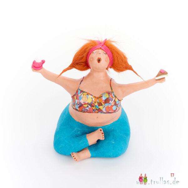 Yoga-Trulla - Nina ist eine handgefertigte Figur aus Pappmachee. Trullas sind Geschenkideen fur Menschen die handgemachte Kunst schätzen.