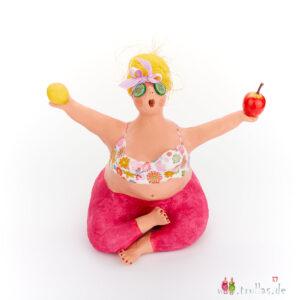 Yoga-Trulla - Irina ist eine handgefertigte Figur aus Pappmachee. Trullas sind Geschenkideen fur Menschen die handgemachte Kunst schätzen.