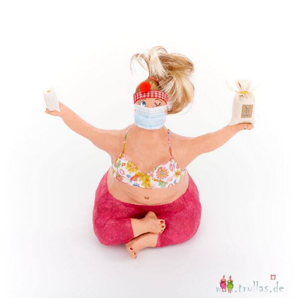 Yoga-Trulla - Ursula ist eine handgefertigte Figur aus Pappmachee. Trullas sind Geschenkideen fur Menschen die handgemachte Kunst schätzen.