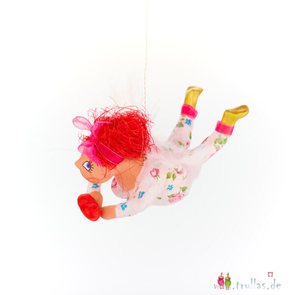 Schutzengelchen - Janne ist eine handgefertigte Figur aus Pappmachee. Trullas sind Geschenkideen fur Menschen die handgemachte Kunst schätzen.