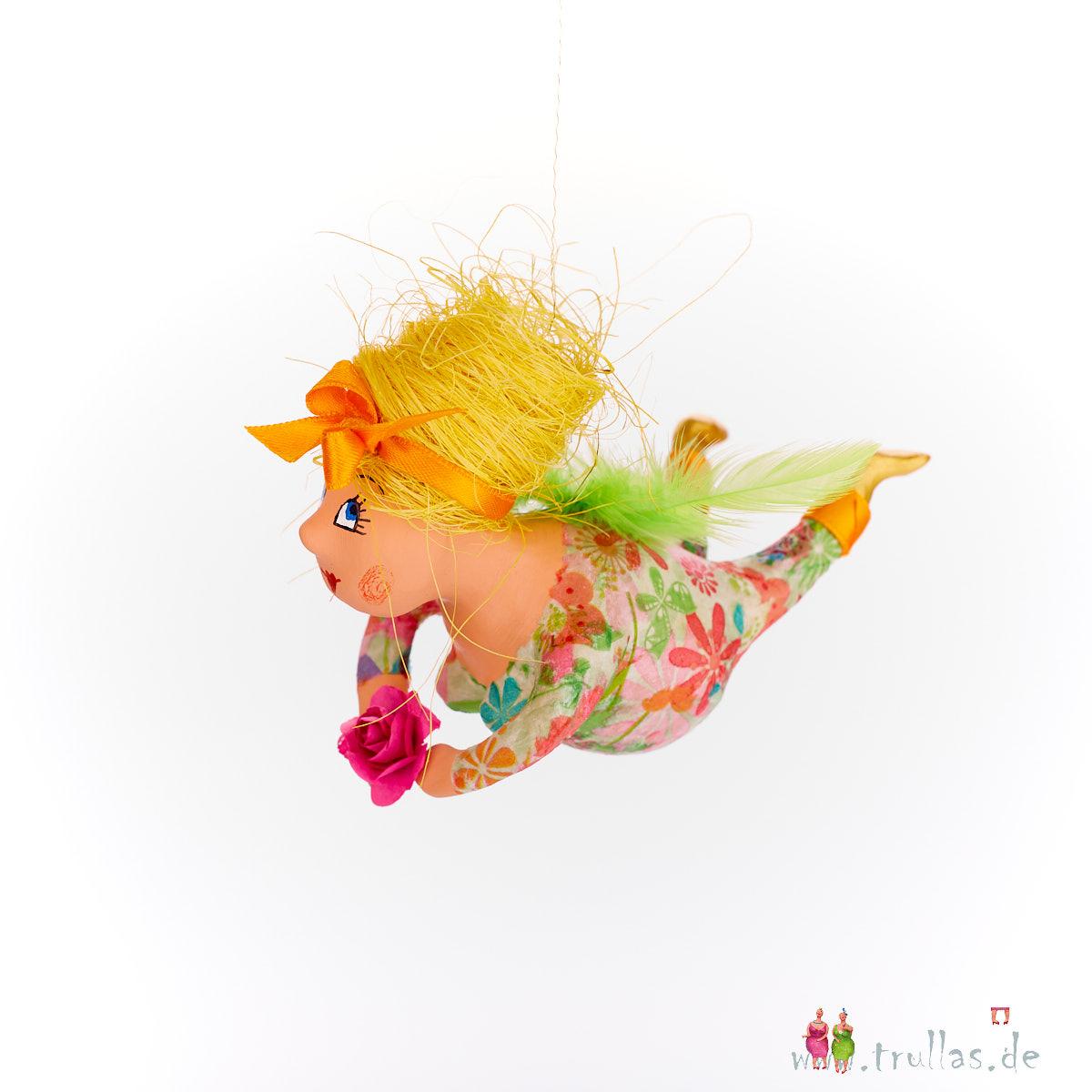 Schutzengelchen - Claudia ist eine handgefertigte Figur aus Pappmachee. Trullas sind Geschenkideen fur Menschen die handgemachte Kunst schätzen.