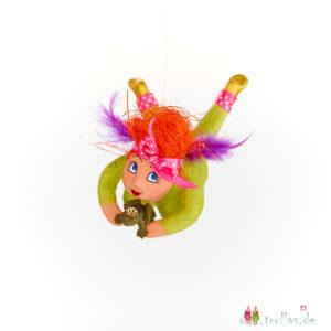 Schutzengelchen - Ronia ist eine handgefertigte Figur aus Pappmachee. Trullas sind Geschenkideen fur Menschen die handgemachte Kunst schätzen.