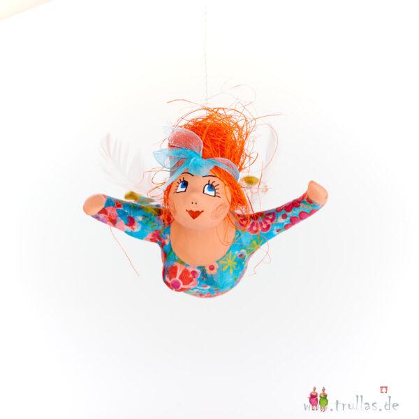 Schutzengelchen - Adriane ist eine handgefertigte Figur aus Pappmachee. Trullas sind Geschenkideen fur Menschen die handgemachte Kunst schätzen.