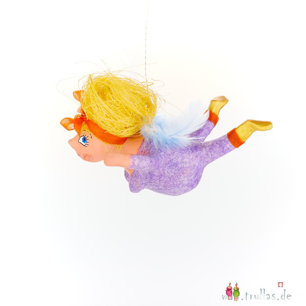 Schutzengelchen - Alina ist eine handgefertigte Figur aus Pappmachee. Trullas sind Geschenkideen fur Menschen die handgemachte Kunst schätzen.