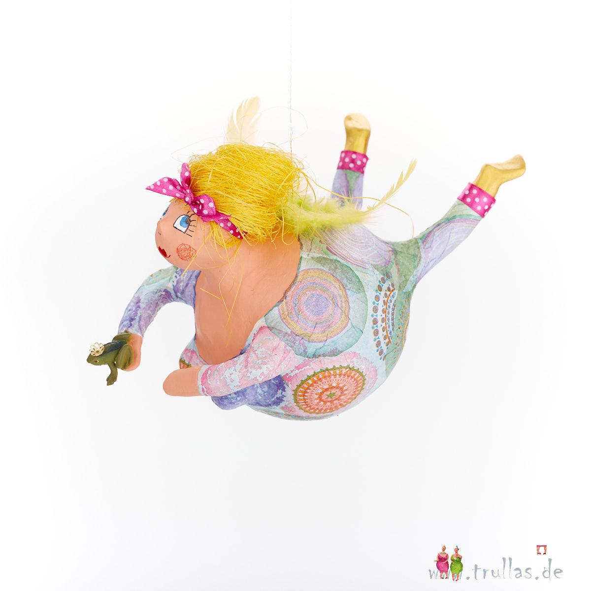 Schutzengel - Emma ist eine handgefertigte Figur aus Pappmachee. Trullas sind Geschenkideen fur Menschen die handgemachte Kunst schätzen.