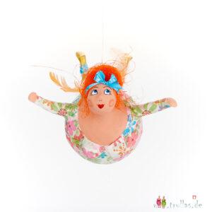 Schutzengel - Majke ist eine handgefertigte Figur aus Pappmachee. Trullas sind Geschenkideen fur Menschen die handgemachte Kunst schätzen.