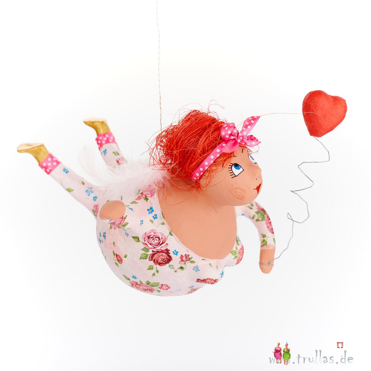 Schutzengel - Susanne ist eine handgefertigte Figur aus Pappmachee. Trullas sind Geschenkideen fur Menschen die handgemachte Kunst schätzen.