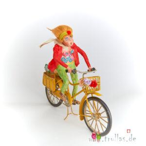 Biker-Trulla - Marie Luise ist eine handgefertigte Figur aus Pappmachee. Trullas sind Geschenkideen fur Menschen die handgemachte Kunst schätzen.