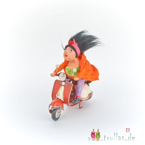 Vespa-Trulla - Lulu ist eine handgefertigte Figur aus Pappmachee. Trullas sind geschenke fur Menschen die handgemachte Kunst schätzen.