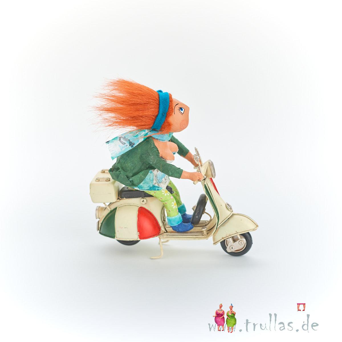 Vespa-Trulla - Gina ist eine handgefertigte Figur aus Pappmachee. Trullas sind geschenke fur Menschen die handgemachte Kunst schätzen.