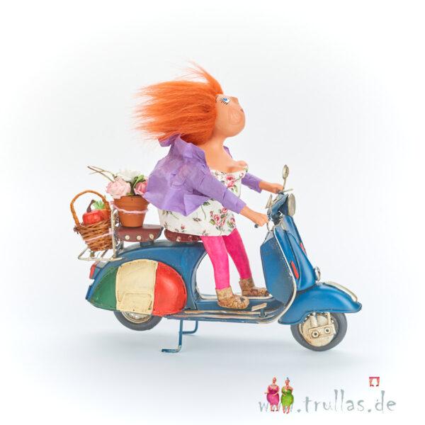Vespa-Trulla - Bernadette ist eine handgefertigte Figur aus Pappmachee. Trullas sind geschenke fur Menschen die handgemachte Kunst schätzen.