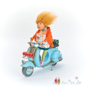 Vespa-Trulla - Marlene ist eine handgefertigte Figur aus Pappmachee. Trullas sind geschenke fur Menschen die handgemachte Kunst schätzen.