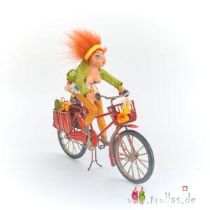Biker-Trulla - Marie Rosa ist eine handgefertigte Figur aus Pappmachee. Trullas sind Geschenkideen fur Menschen die handgemachte Kunst schätzen.