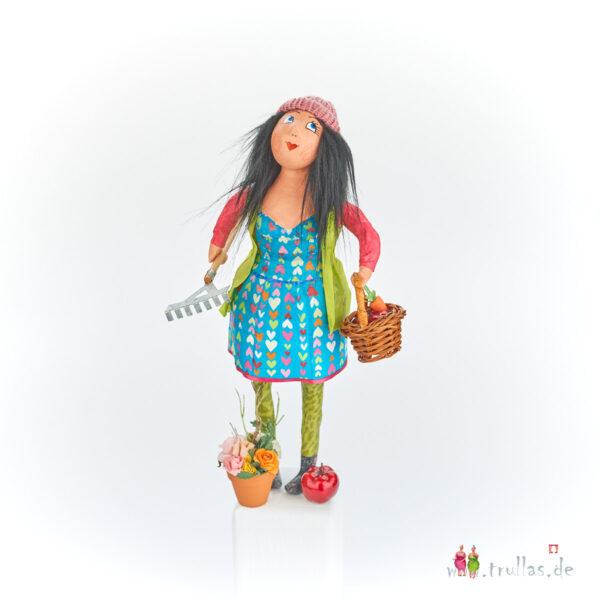 Gärtnerin-Trulla - Klara ist eine handgefertigte Figur aus Pappmachee. Trullas sind Geschenkideen fur Menschen die handgemachte Kunst schätzen.