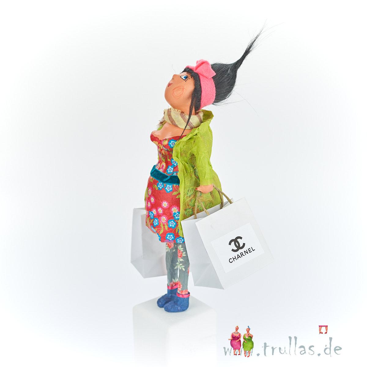 Shopping-Trulla - Mareike ist eine handgefertigte Figur aus Pappmachee. Trullas sind Geschenkideen fur Menschen die handgemachte Kunst schätzen.